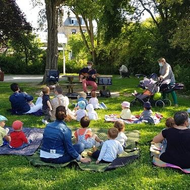 Les enfants de la Bambinerie heureux de pouvoir retrouver leurs séances de musique avec Samuel Cosson.